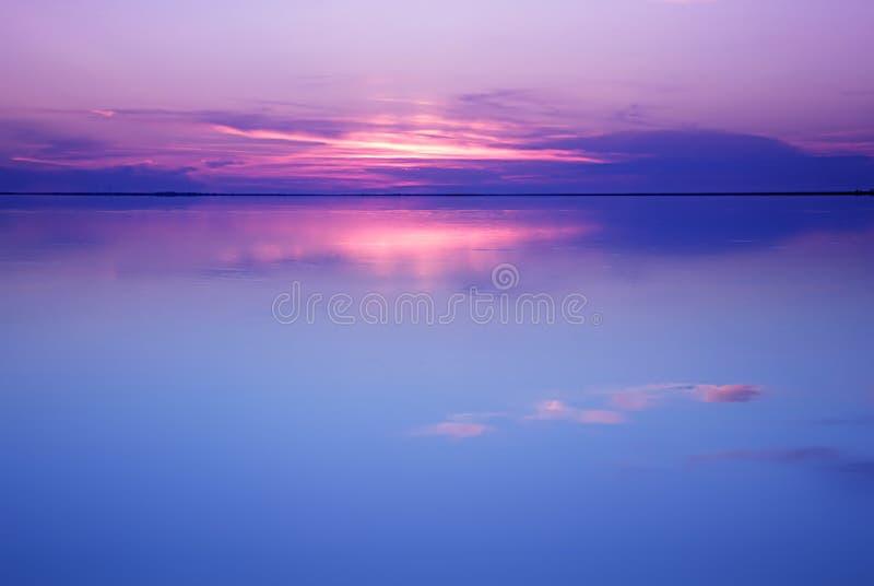 Rustig landschap in blauwe en roze kleuren royalty-vrije stock foto's
