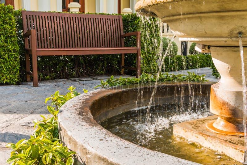 Rustig met fontein en stoelen royalty-vrije stock afbeelding