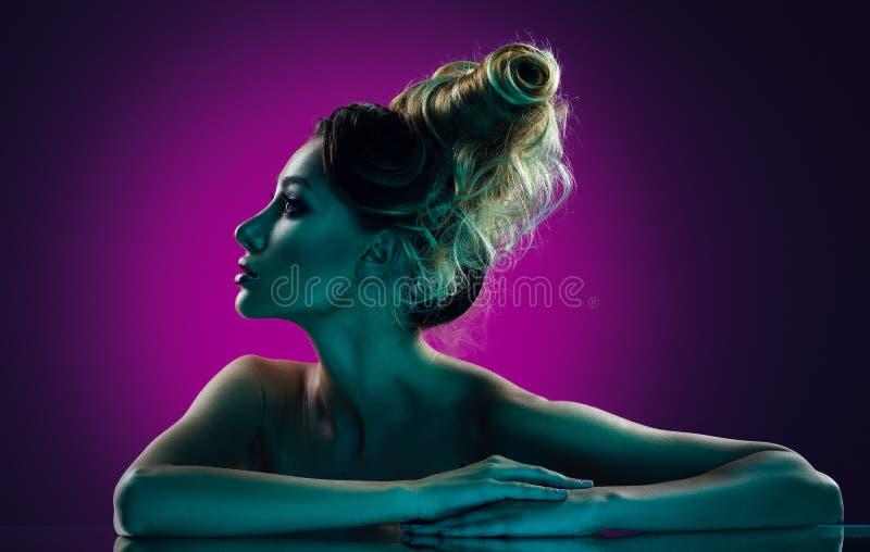 Rustig portret van een mooi meisje met creatief kapsel royalty-vrije stock afbeelding