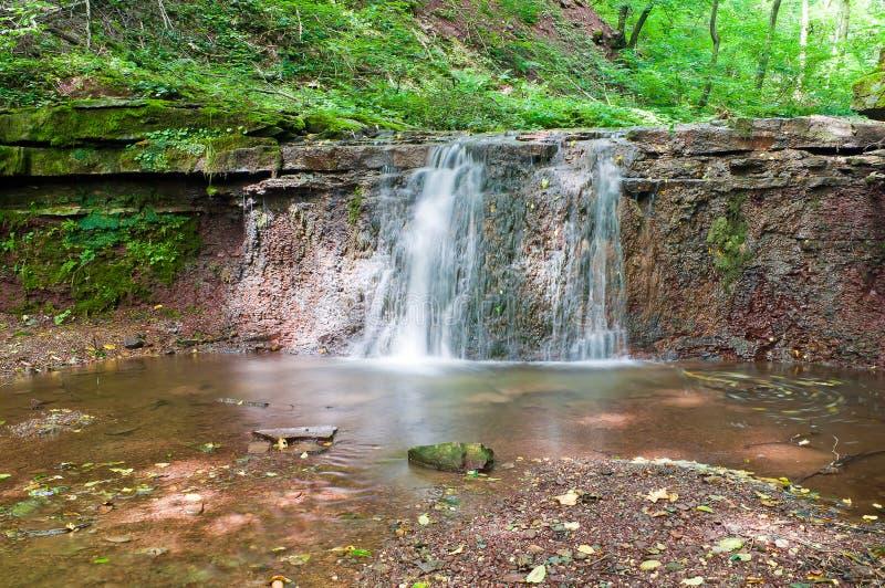 Rustig watervallandschap in het midden van groene boscascad royalty-vrije stock foto's