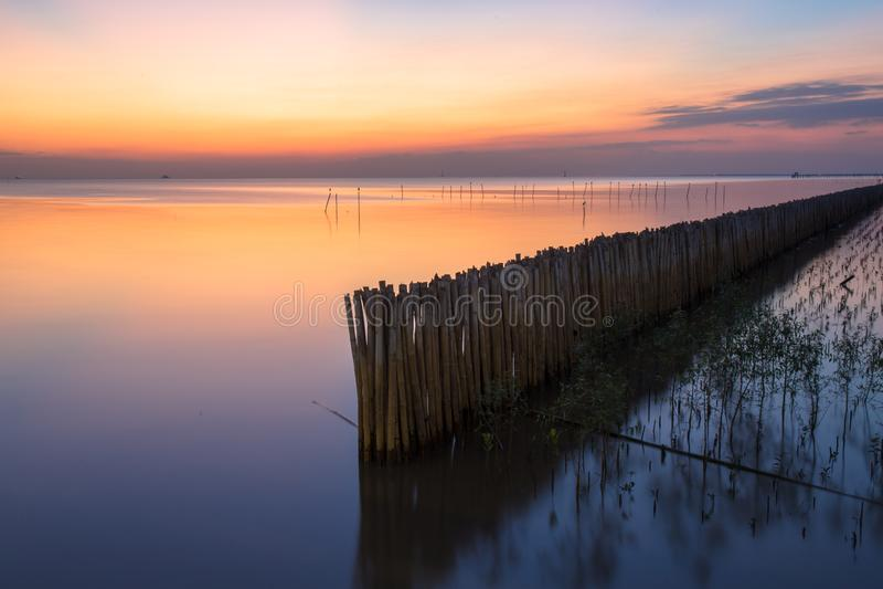 Rustige beeldfoto van zonsondergang of avondtijd op zee of oceaan bij Klappoo, Samutprakan, Thailand stock afbeeldingen