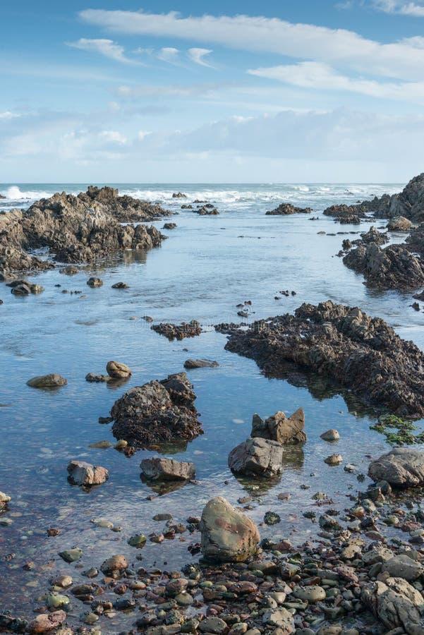 Rustige getijdepool op een rotsachtig strand in Zuid-Afrika royalty-vrije stock afbeelding