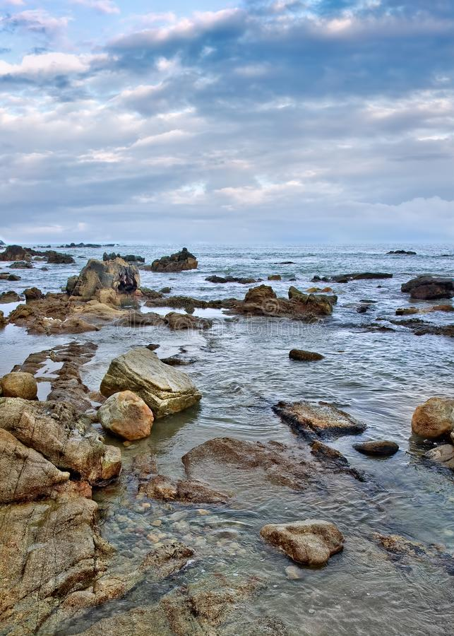 Rustige kust met onregelmatige gevormde rotsen, Sanya, Hainan-Eiland, stock afbeeldingen