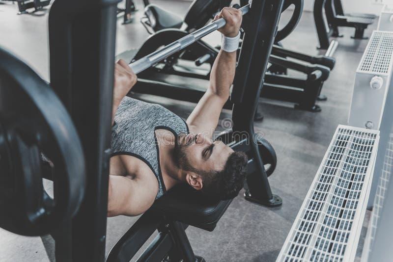 Rustige mens die oefening in moderne gymnastiek nemen stock foto's