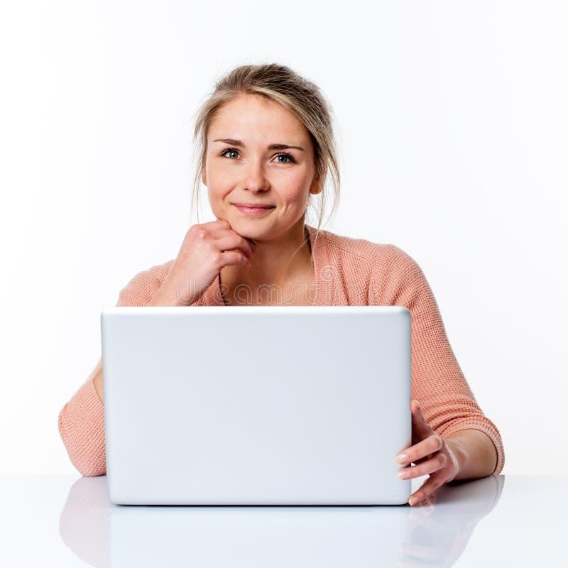 Rustige mooie jonge blonde vrouwelijke student die over haar carrière denken royalty-vrije stock foto