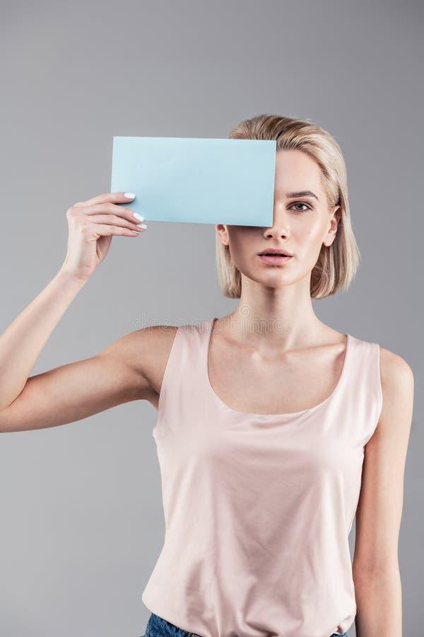 Rustige neutrale vrouw met blonde kort haar die naakt overhemd dragen stock foto