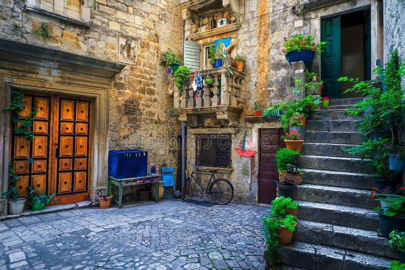 Rustige straatweergave met stenen huizen in Trogir, Dalmatia, Kroatië royalty-vrije stock afbeeldingen