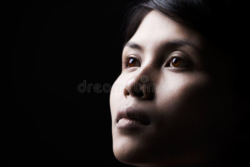 Rustige vrouw in dark stock afbeelding