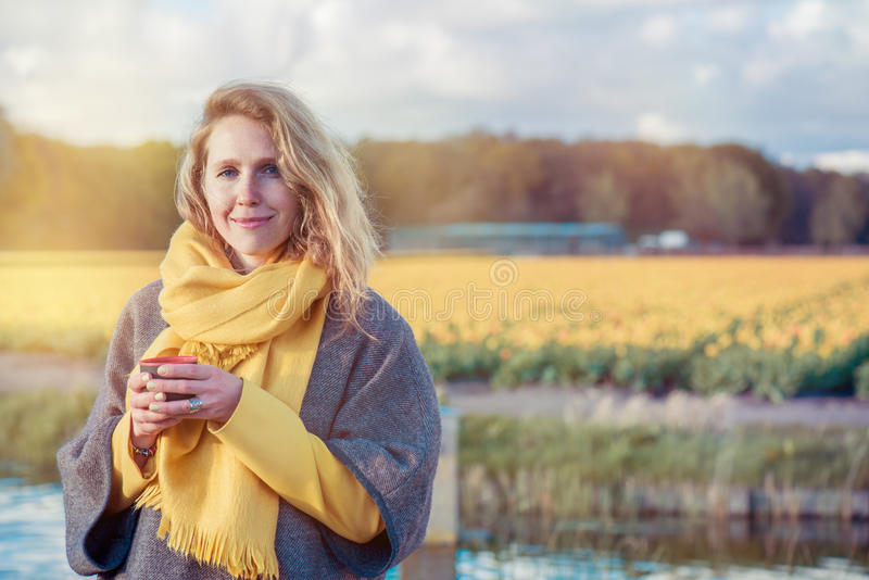 Rustige vrouw in het platteland royalty-vrije stock afbeelding