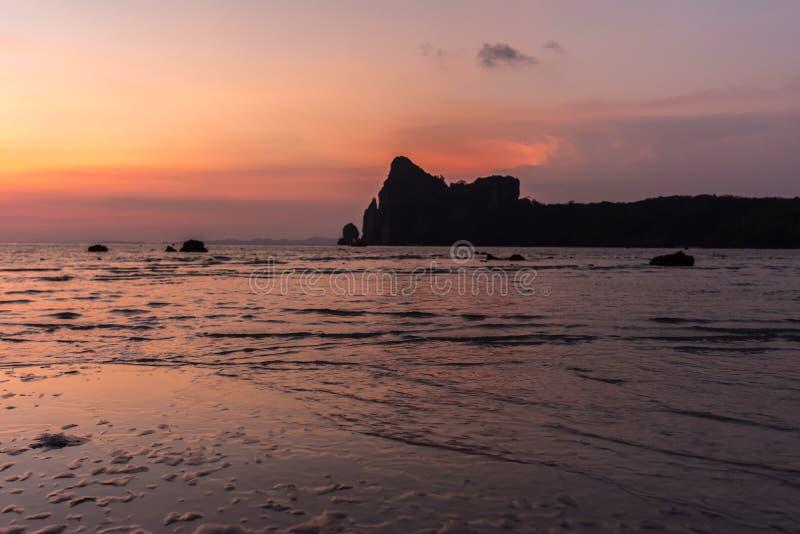 Rustige Zonsondergang op het Strand van Loh Dalam, Koh Phi Phi, Thailand stock afbeelding
