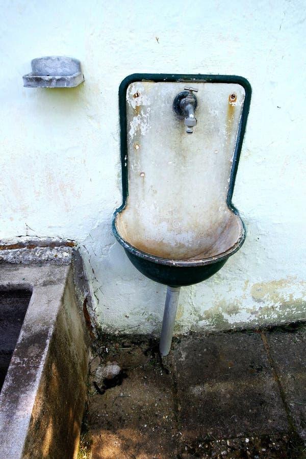 Rustikal gut ohne Wasser lizenzfreie stockbilder