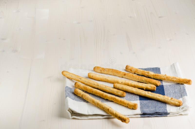 Rustikale Breadsticks auf hölzerner Tabelle, Abschluss oben lizenzfreies stockbild