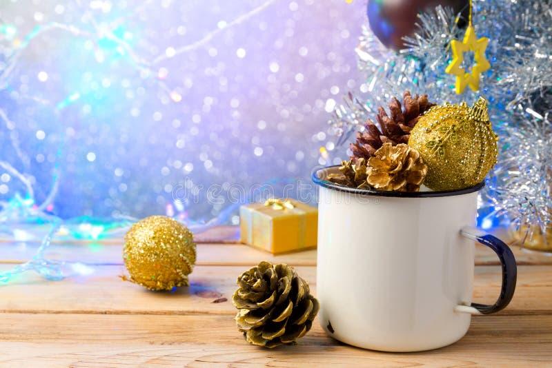 Rustikale Emailschale mit Weihnachtsdekorationen über schönem bokeh Hintergrund stockfotos