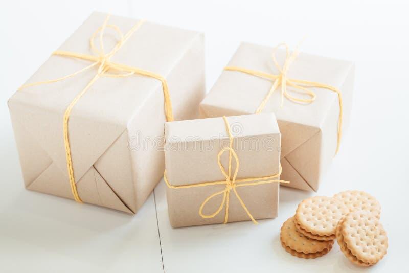 Rustikale Geschenkboxen der selbst gemachten Pl?tzchenb?ckerei-Lieferung stockfotos
