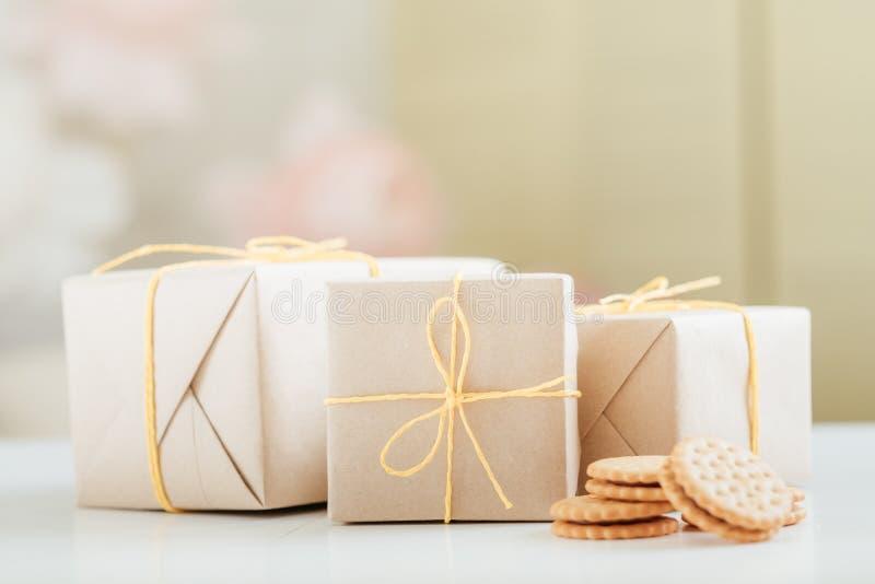 Rustikale Geschenkboxen der selbst gemachten Pl?tzchenb?ckerei-Lieferung stockfotografie