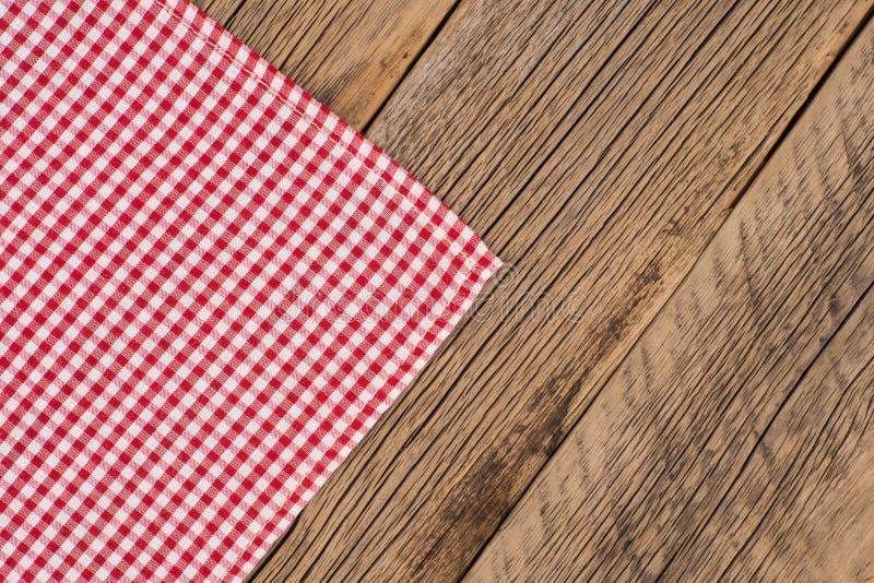 Rustikale Bretter rustikale hölzerne bretter mit einer roten karierten tischdecke
