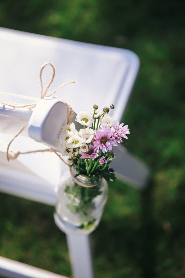 Rustikale Hochzeitsstuhldekoration lizenzfreies stockbild