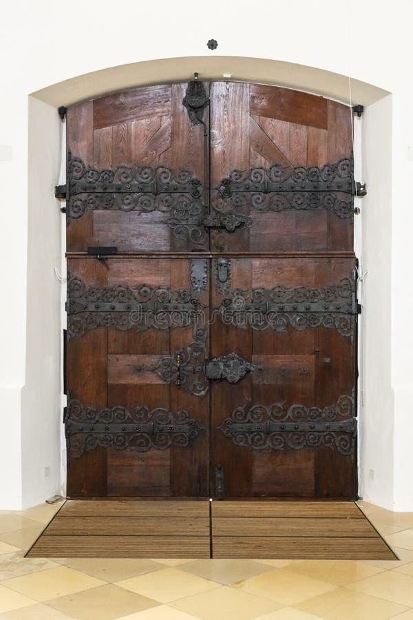 Rustikale Holztür mit aufwändigen Scharnieren stockbilder