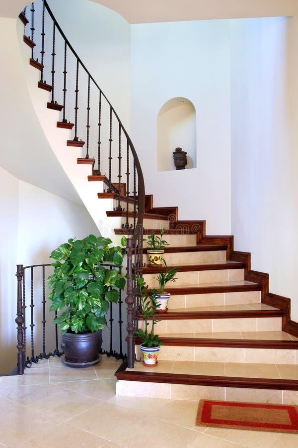 Rustikale Innenhalle und Treppen des großen spanischen Landhauses lizenzfreies stockfoto