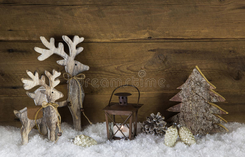 Rustikale Landhausstildekoration mit Ren, Laterne und Schnee lizenzfreies stockfoto