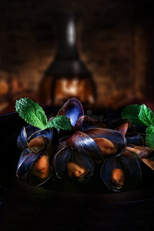 Rustikale Miesmuscheln im Knoblauch und im Wein stockbild