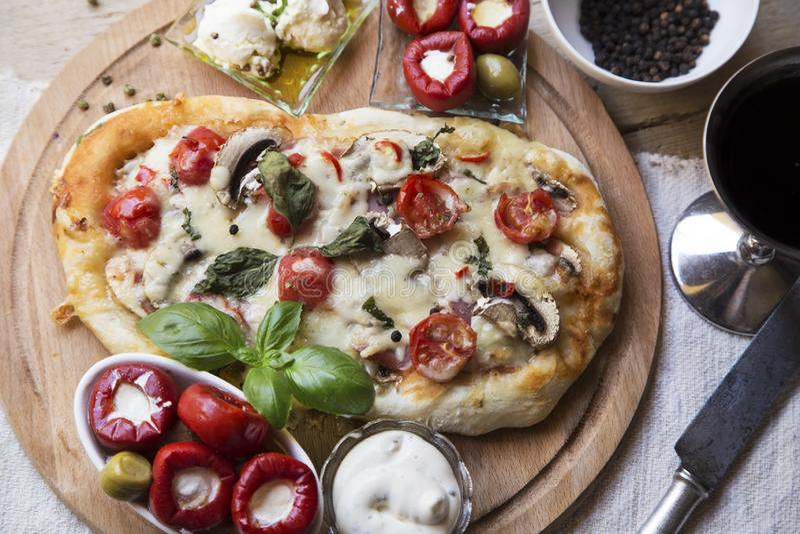 Rustikale Pizza stockfoto