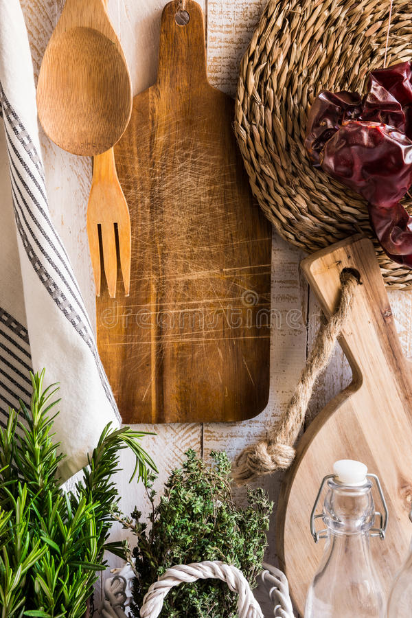 Rustikale Provence-Küche Innen, frischer Krautrosmarinthymian, hölzerne Schneidebretter, Geräte, Leinentuch, getrocknete Pfeffer, stockfotografie