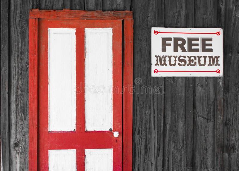 Rustikale rote und weiße Tür zu einem freien Museum lizenzfreie stockfotos