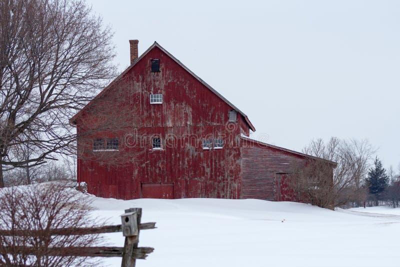Rustikale rote Winterscheune stockfoto