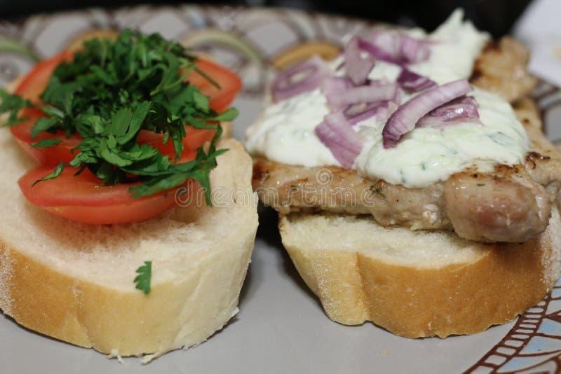 Rustikale Sandwiche mit Schweinefleisch und Tomaten und tzatziki stockfotografie
