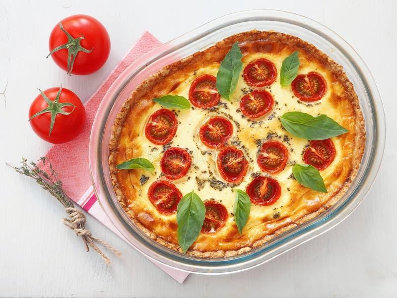 Rustikale Torte mit Gemüse und Käse Französische Quiche Vegetarisches Törtchen mit Spinats-, Ricotta- und Kirschtomaten lizenzfreie stockbilder