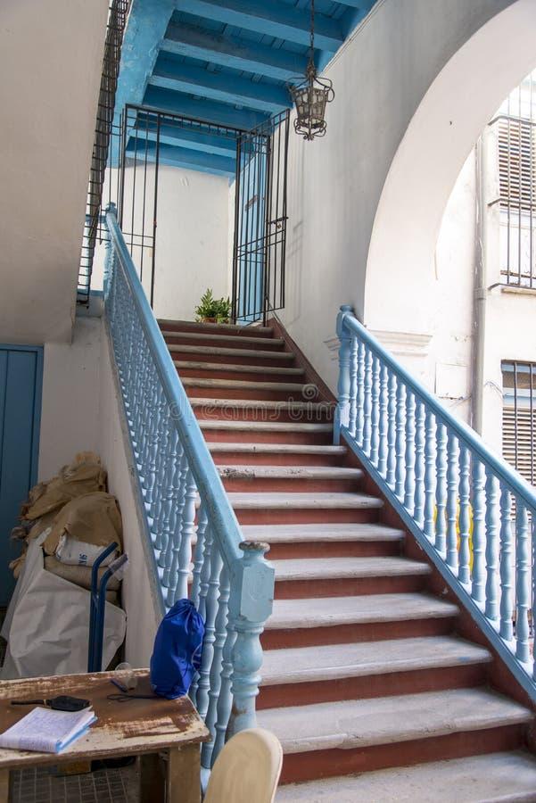 Rustikale Treppen in altem Havana lizenzfreie stockfotos