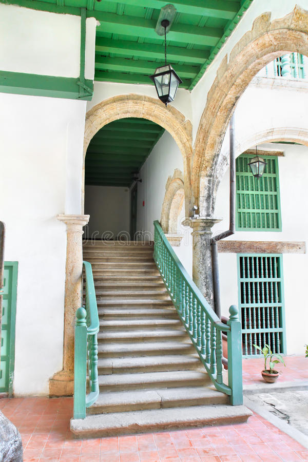 Rustikale Treppen im alten Havana-Gebäudeinnenraum lizenzfreie stockbilder