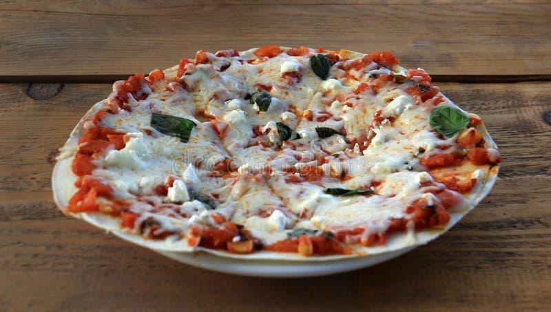 Rustikale vegetarische Pizza lizenzfreies stockfoto