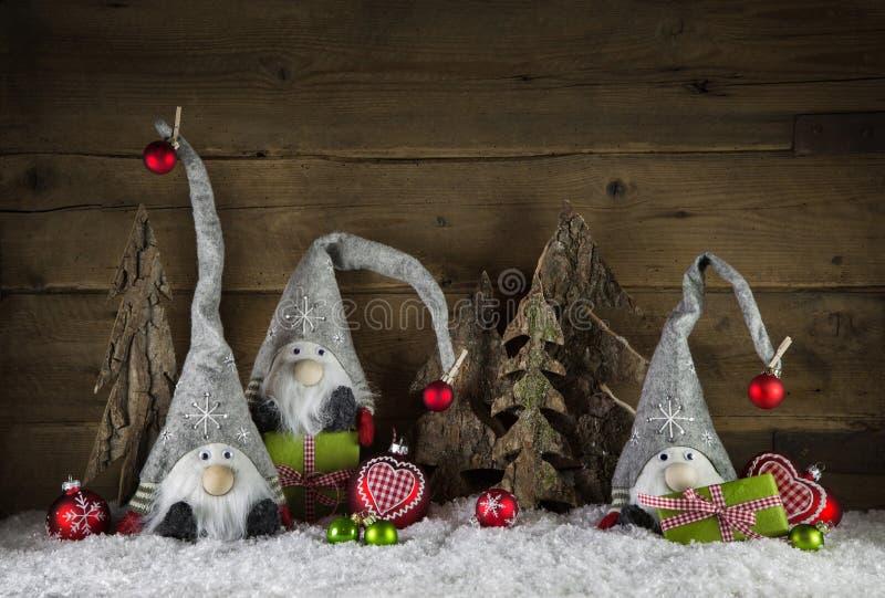 Rustikale Weihnachtsdekoration im Landhausstil mit gnom mögen sant lizenzfreie stockfotos