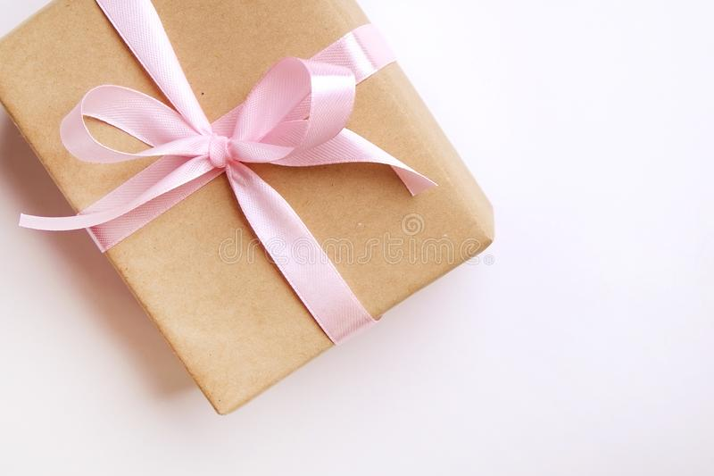 Rustikale Zusammensetzung mit schönem Geschenk bei der Kraftpapierverpackung Schließen Sie oben vom Geburtstagsgeschenk in der br lizenzfreies stockfoto