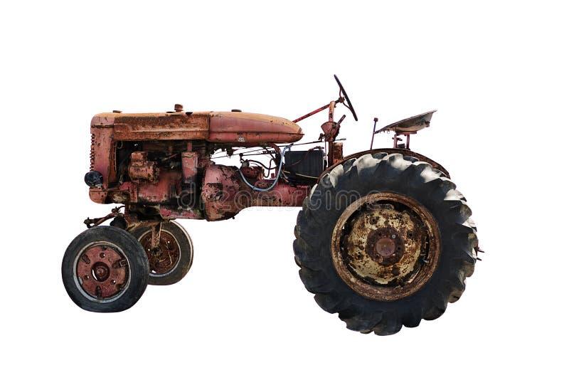 Rustikaler alter roter Traktor, lokalisiert auf weißem Hintergrund stockfoto