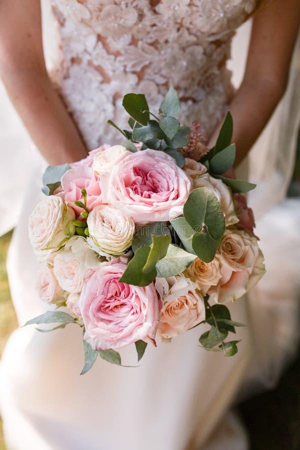 Rustikaler Blumenstrauß der schönen Hochzeit mit weißen Rosen und Eustoma lizenzfreie stockfotos