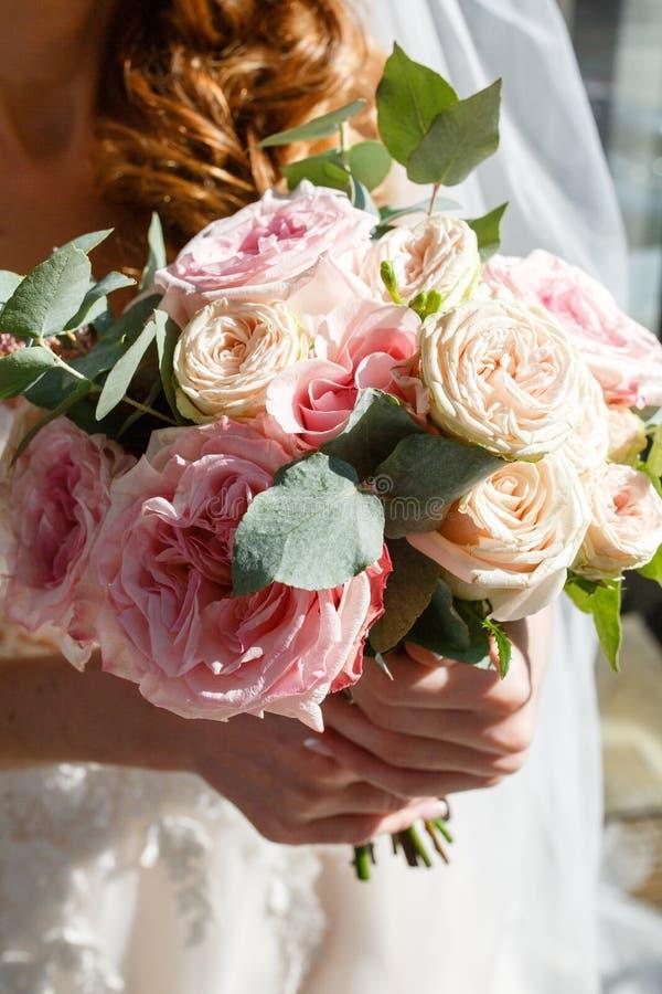 Rustikaler Blumenstrau? der sch?nen Hochzeit mit wei?en Rosen und Eustoma lizenzfreie stockfotos