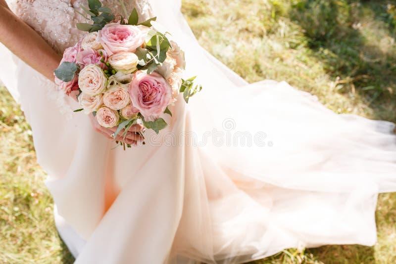 Rustikaler Blumenstrau? der sch?nen Hochzeit mit wei?en Rosen und Eustoma stockfotografie