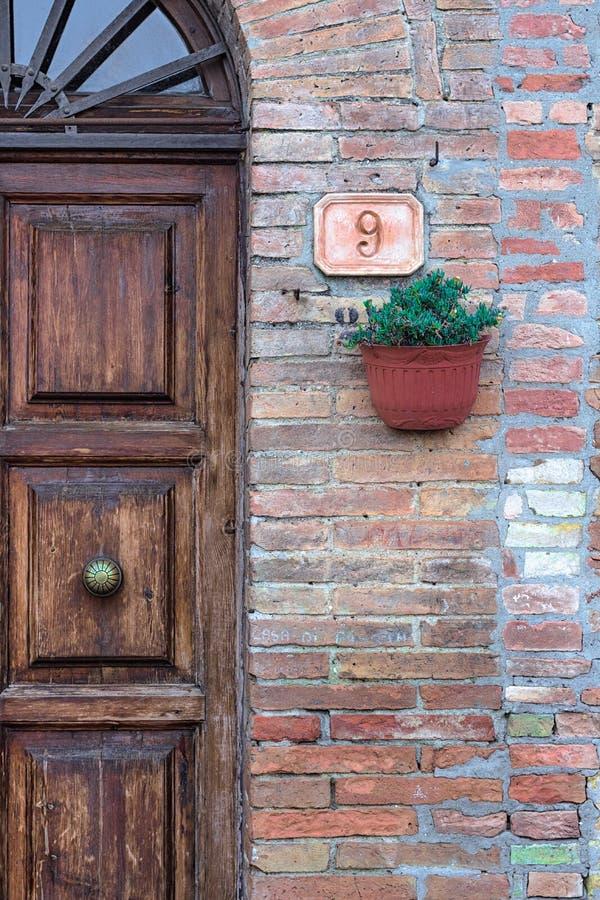 Rustikaler Eingang mit einer Betriebsdekoration und einer Nr. 9 stockbilder