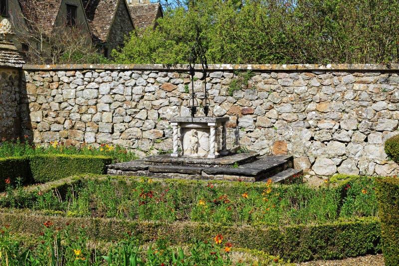 Rustikaler Garten Gut Mit Steinbrunnen Stockfoto - Bild von laub ...