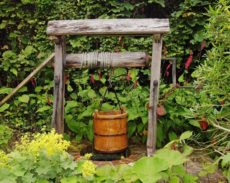 Rustikaler Garten Gut Mit Wasser Wanne Stockfoto - Bild von laub ...