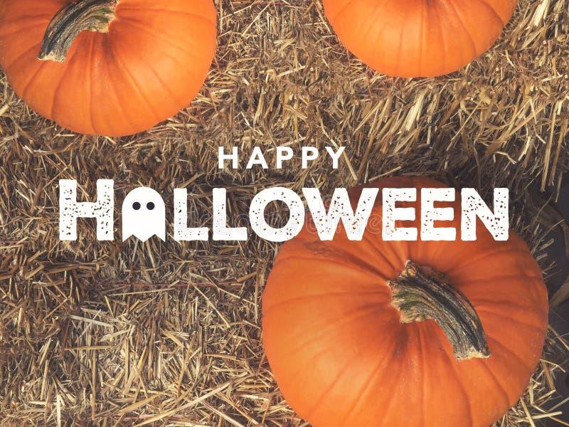 Rustikaler glücklicher Halloween-Text mit Geist-Ikone über Kürbisen und Hay From Directly Above lizenzfreie stockfotos