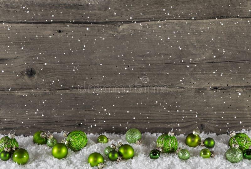 Rustikaler hölzerner Landhintergrund mit grünen Weihnachtsbällen lizenzfreie stockfotografie