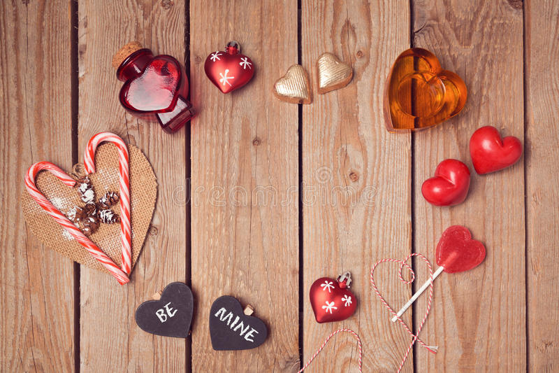 Rustikaler Hintergrund des Valentinstags mit Herzen formt auf Holztisch stockfoto