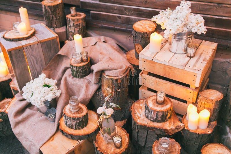 Rustikaler Hochzeitsdekor, verzierte Stümpfe und Kästen mit lila arra lizenzfreie stockbilder