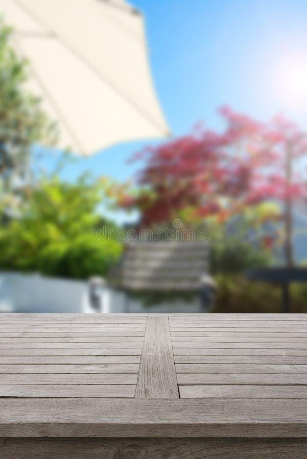 Rustikaler Holztisch im Sommer stockbild