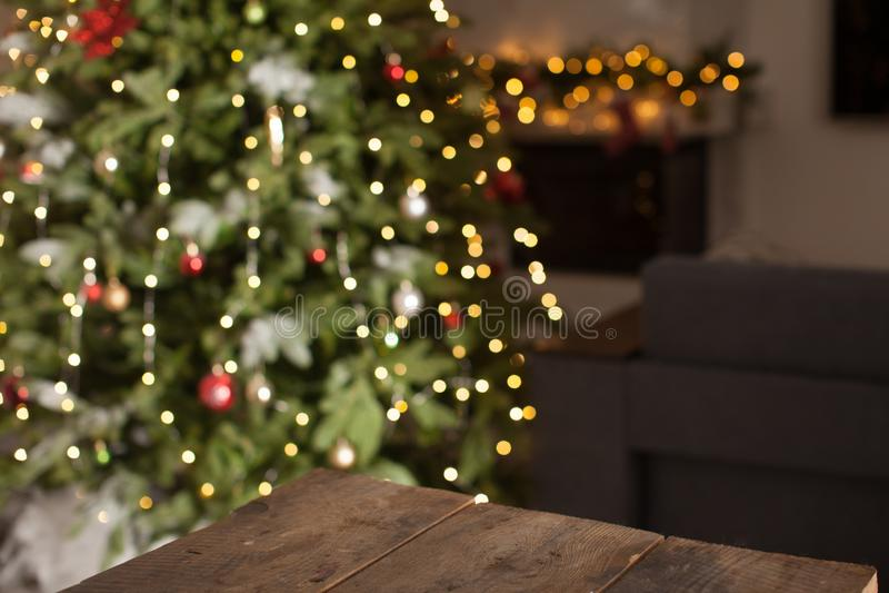 Rustikaler Holztisch vor Weihnachtslicht lizenzfreies stockbild
