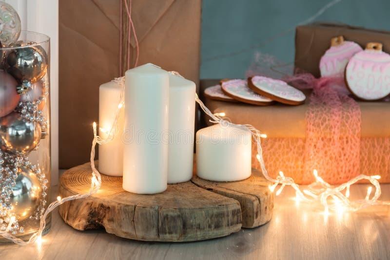 Rustikaler Landhintergrund - Holz - mit Kerzen und Schneeflocken für Weihnachten lizenzfreies stockbild